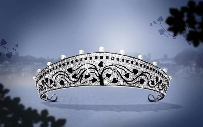 1914: Created by Cartier Paris in 1914, this bold, avant-garde piece is a magnificent example of the Art Deco style. 