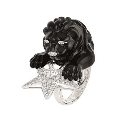 """Les Intemporels de Chanel. """"Constellation du Lion"""" ring in 18K white gold set with a 1.5-carat brilliant-cut diamond, 142 brilliant-cut diamonds for a total weight of 1.9 carat and carved onyx."""