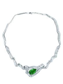 Noué Emeraude Necklace. 750/1000 white gold, diamonds and emerald.