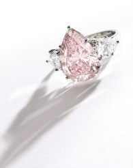 Centering a pear-shaped Fancy Pink diamond weighing 6.93 carats, VS1 clarity, flanked by two pear-shaped near colorless diamonds weighing approximately 2.10 carats, size 5¼.