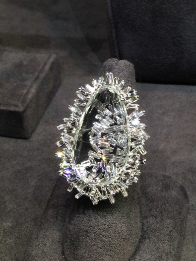A brand new Fireworks Ring by Suzanne Kalan unveiled at US Protagonists. Photo credits (c) jewellerythroughtime.com