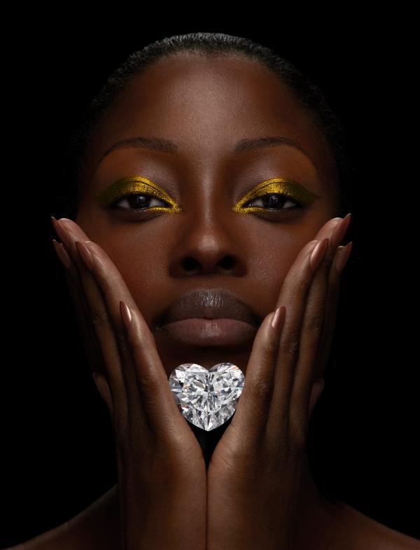 graff-venus-diamond-held-by-model