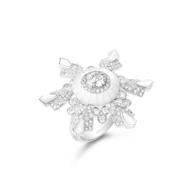 Boucheron - Hiver Impérial High Jewellery Collection Flocon Ring Ring set with a 0.70 ct D VVS2 round diamond and mother-of-pearl, paved with diamonds, on white gold.